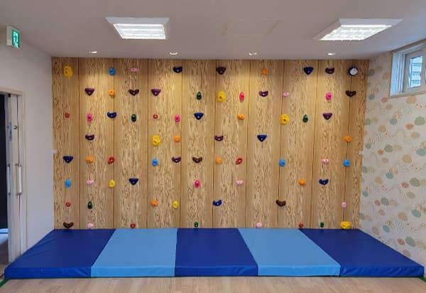 ボルダリング 壁紙張り付け作業